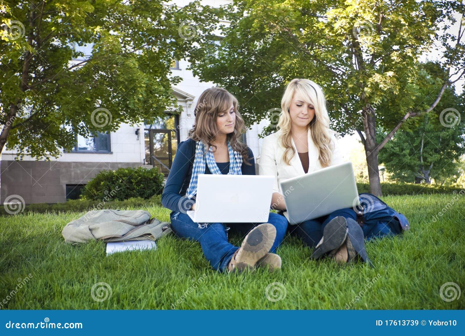 Vrouwelijke studenten die op Laptop computers bestuderen
