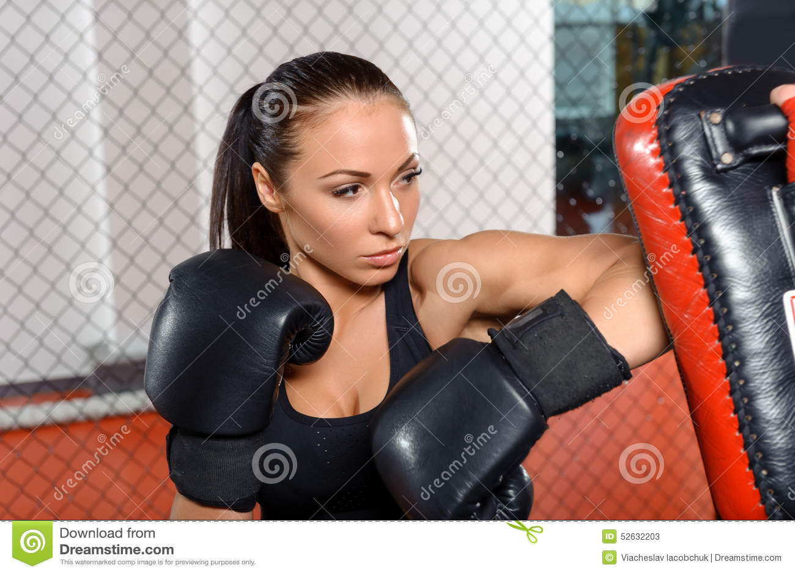 Vrouwelijke vechterstreinen in een het vechten kooi