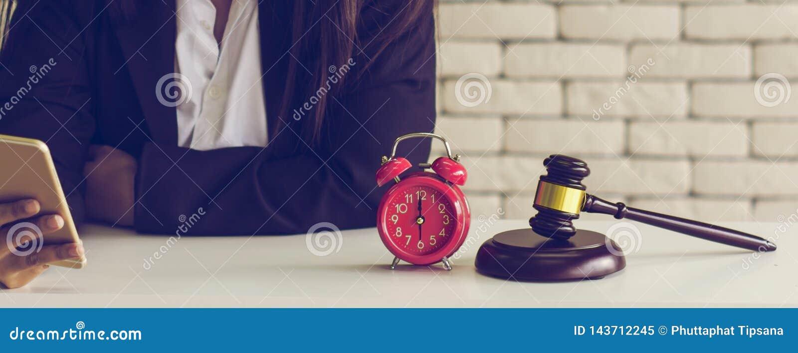 Vrouwelijke veilingmeestercontroles, online de veilingswinnaars van de controlelijst, met retro wekker en gouden bruine houten di