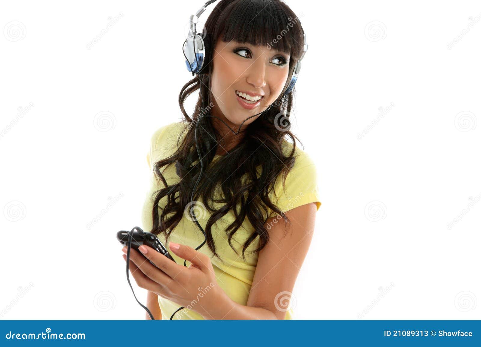 Vrouwelijke vrije tijd die van muziek geniet