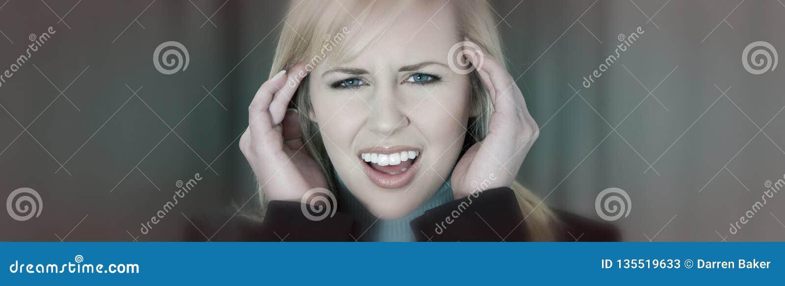 Vrouwelijke Vrouw met de Hoofdpijn van de Migrainespanning