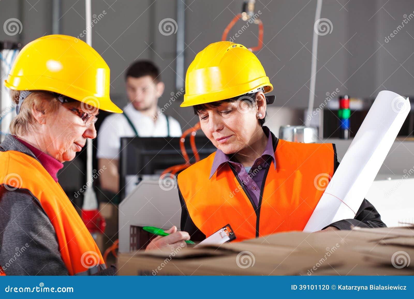 Vrouwelijke werknemers in fabriek