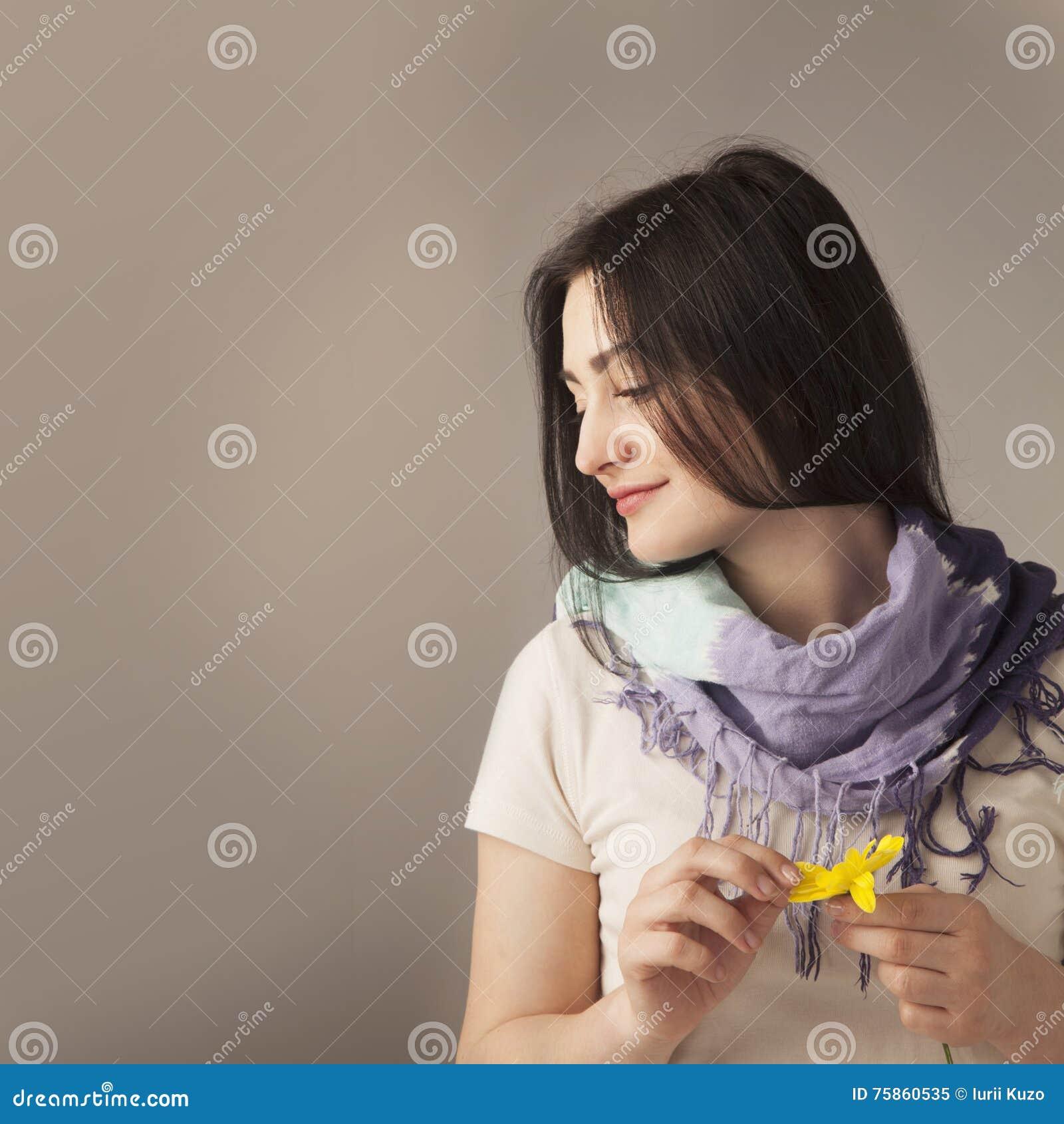 Vrouwelijkheid Schoonheidsportret van een jong mooi donkerbruin meisje w