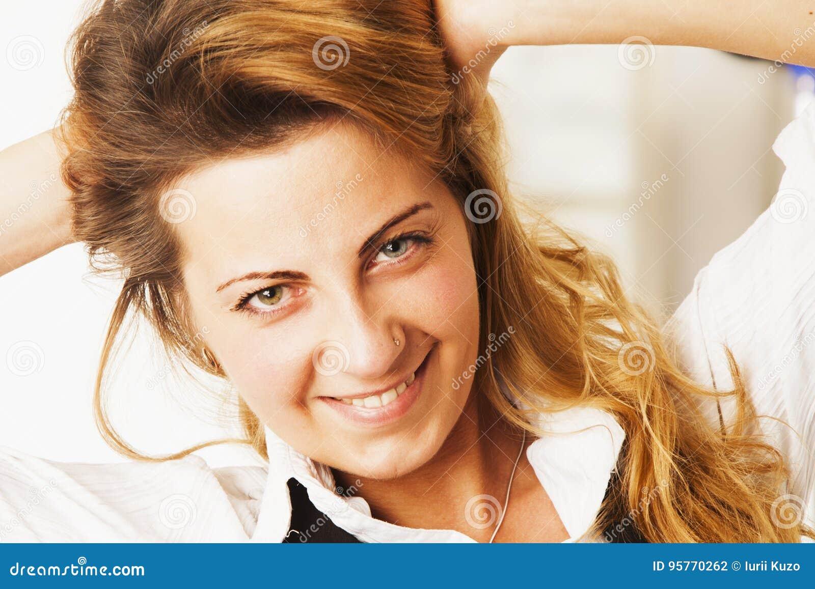 Vrouwelijkheid Schoonheidsportret van een jong mooi meisje met lang