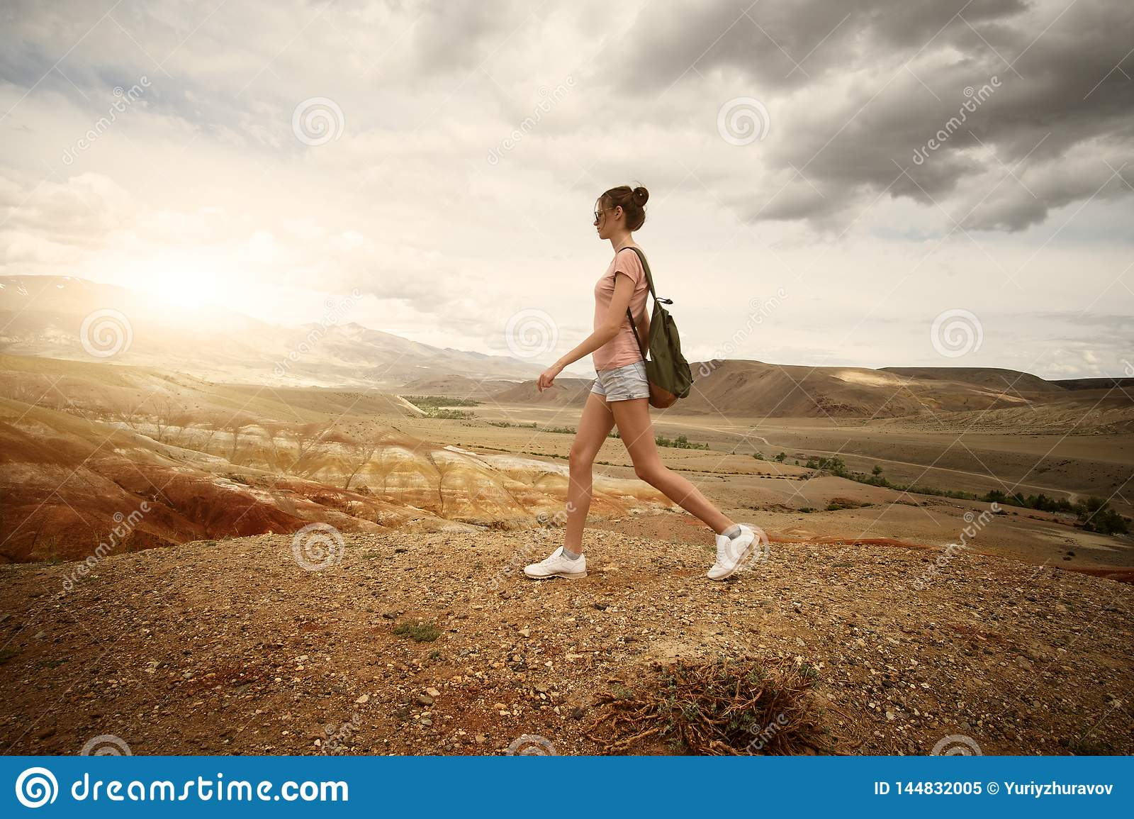 Vrouwen backpacker trekking in de bergen