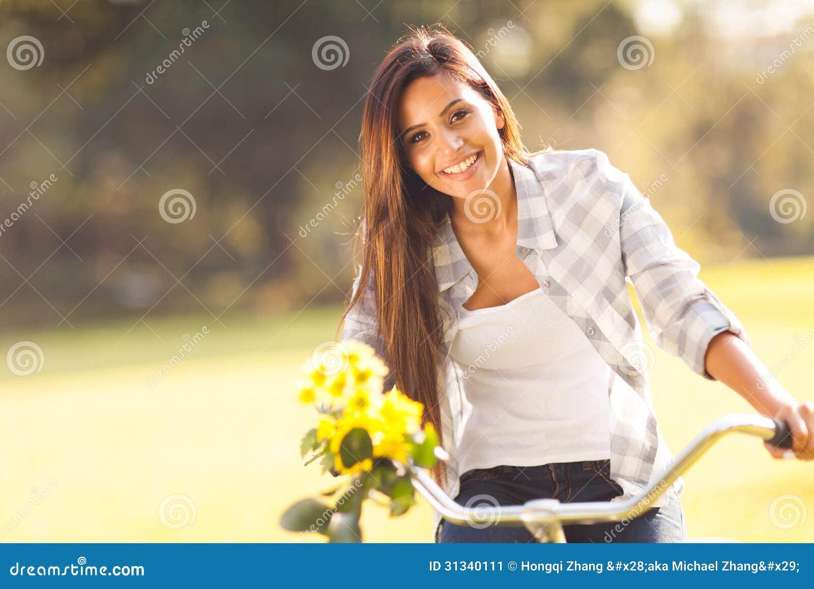 Vrouwen berijdende fiets