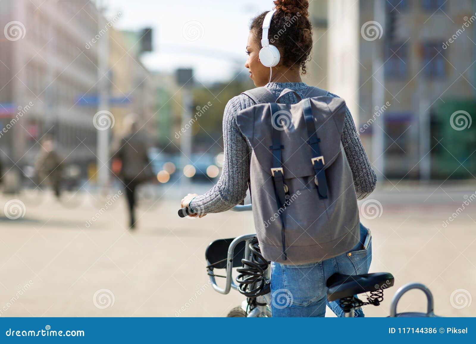 Vrouwen berijdende fiets op stadsstraat