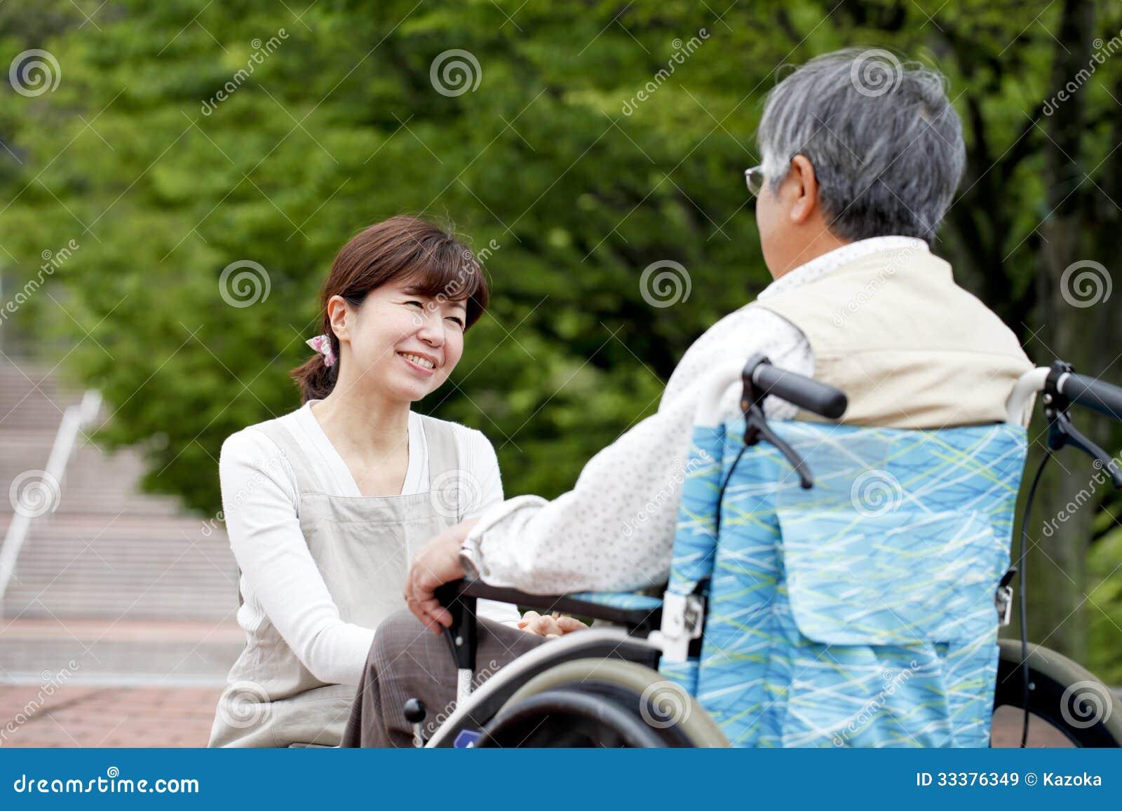 Vrouwen bijgestane rolstoel