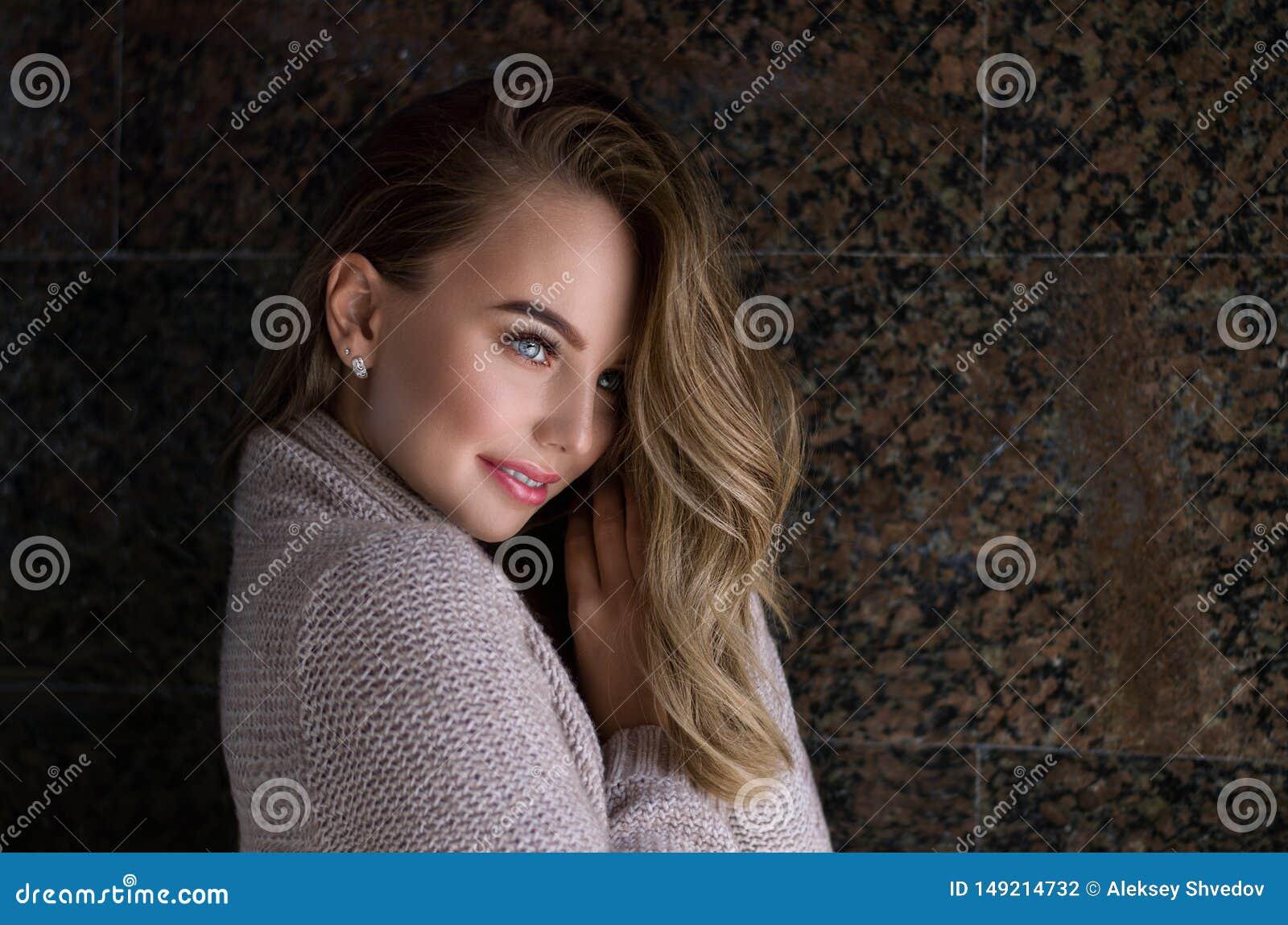 Vrouwen binnenportret Jonge mooie vrouw in warme gebreide kleren thuis Manier De herfst, de Winter