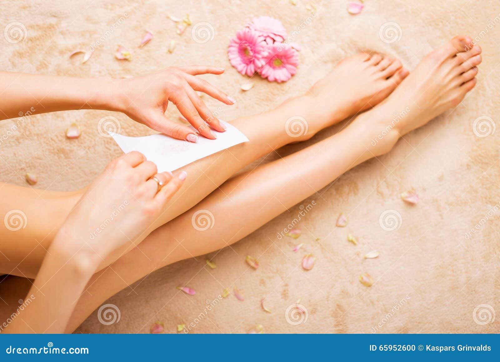 Vrouwen in de was zettende benen
