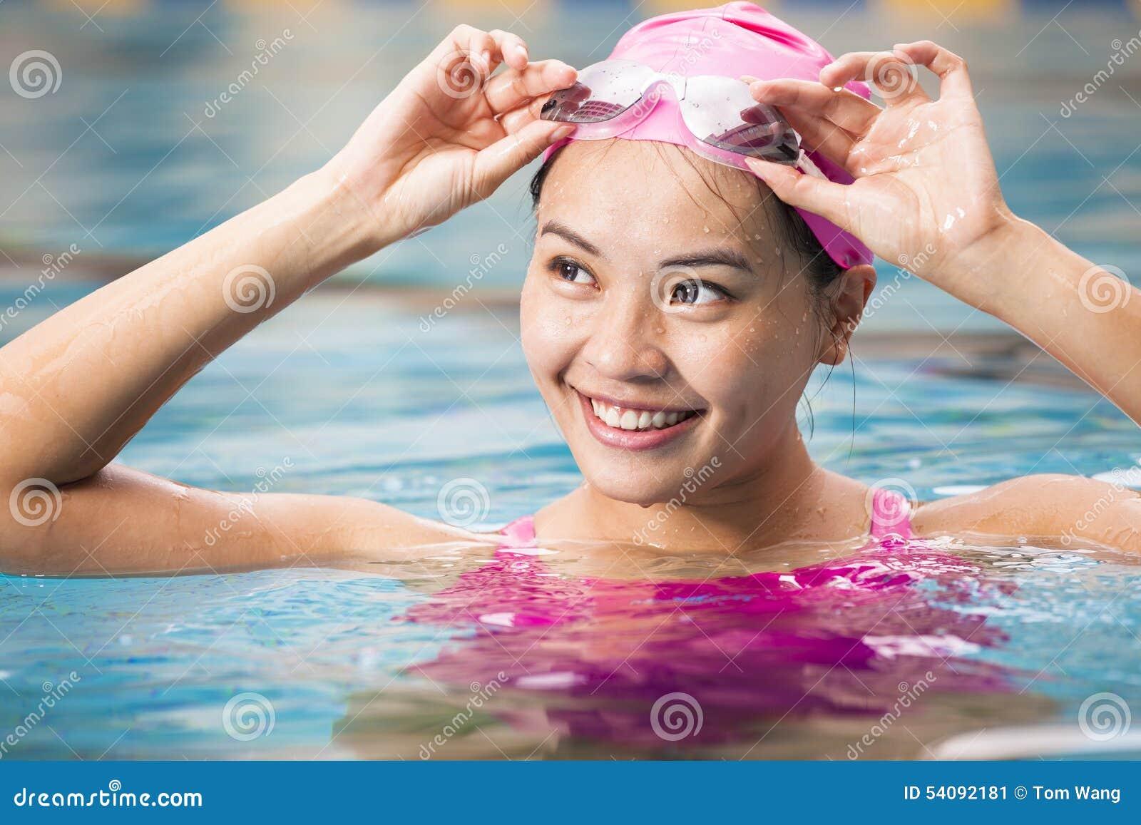 Vrouwen dicht omhooggaand portret in zwembad