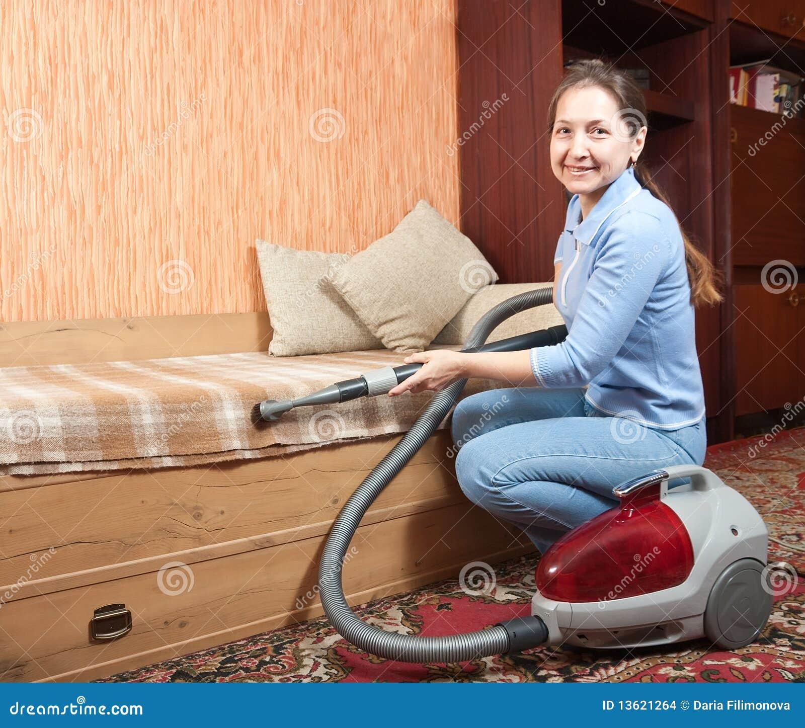 Vrouwen die haar woonkamer schoonmaken stock afbeeldingen afbeelding 13621264 - Naakt in haar woonkamer ...