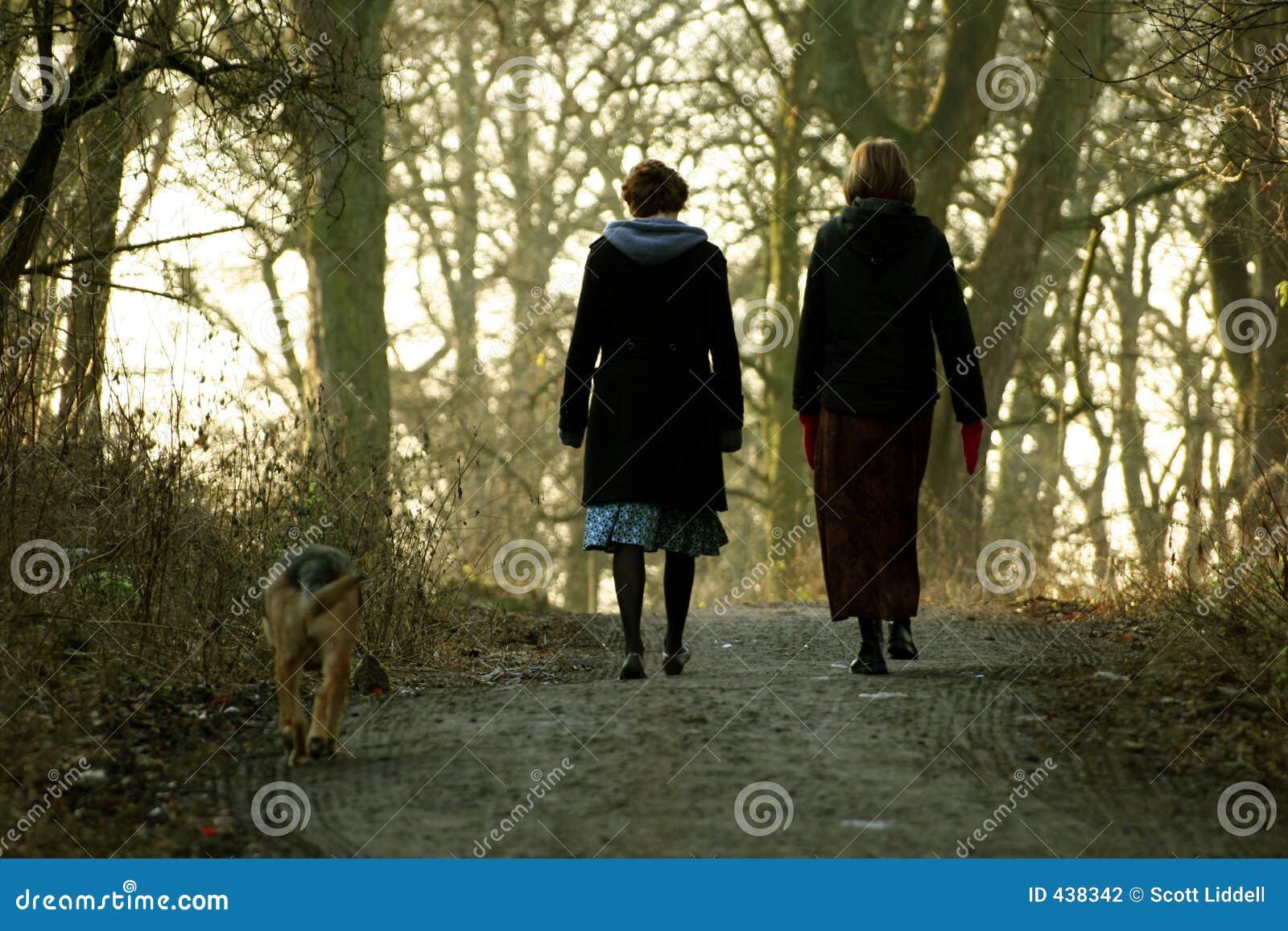 Vrouwen die Hond lopen