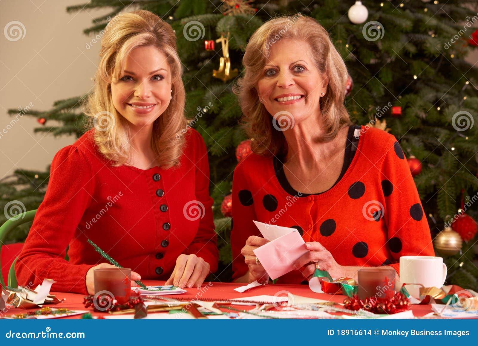 Vrouwen Die Kerstkaarten Thuis Maken Stock Foto Afbeelding