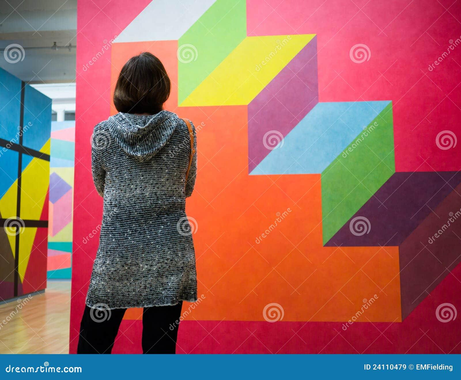 Vrouwen die Modern Art. bekijken