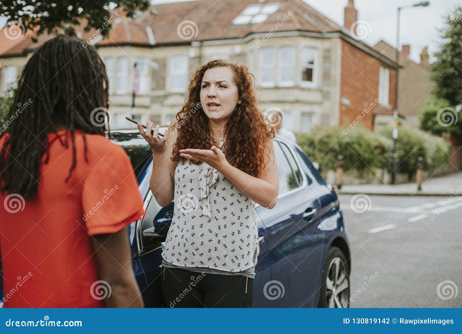 Vrouwen die na een autoongeval debatteren