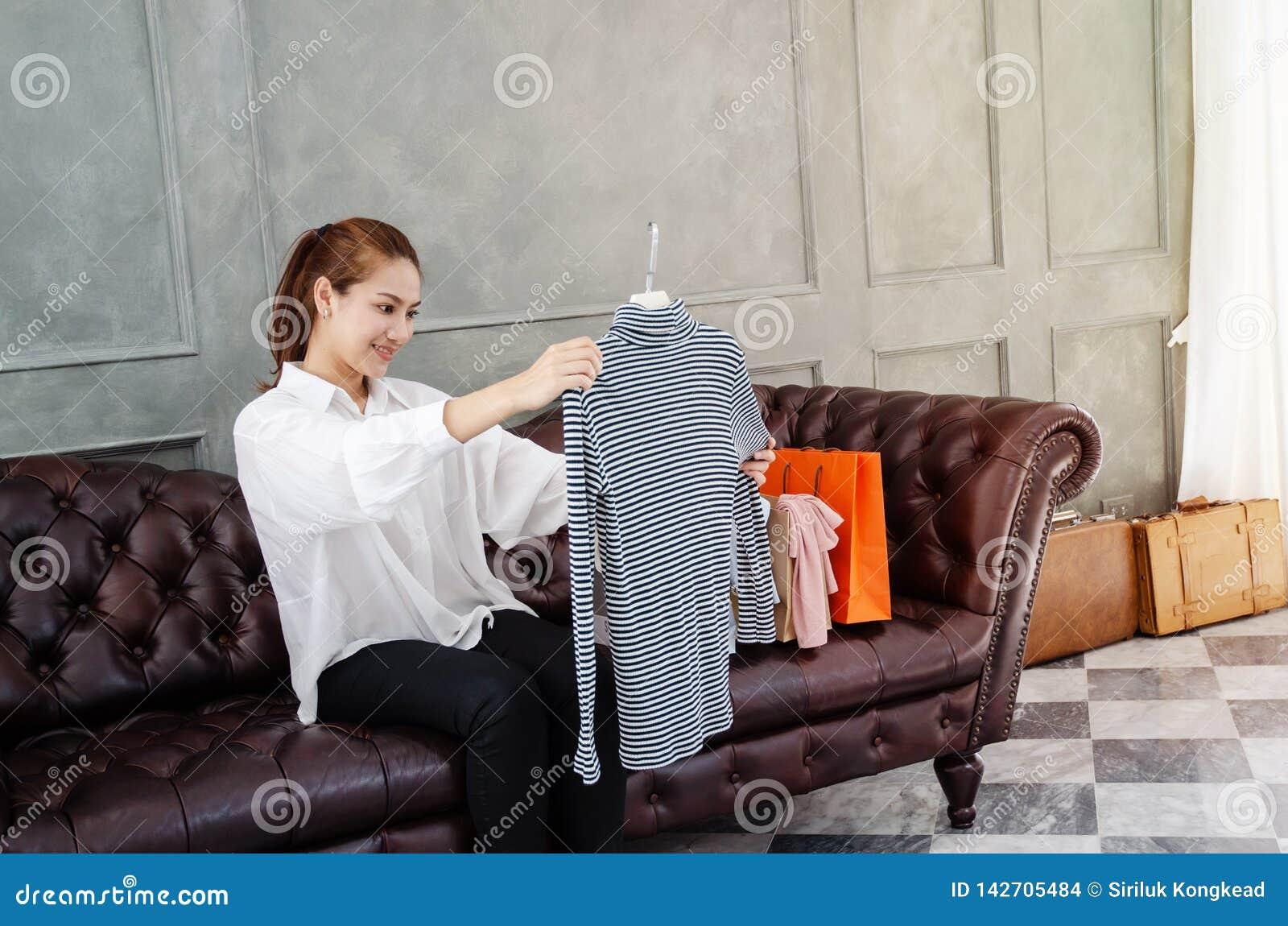 Vrouwen die oranje het winkelen Gelukkige zakken dragen