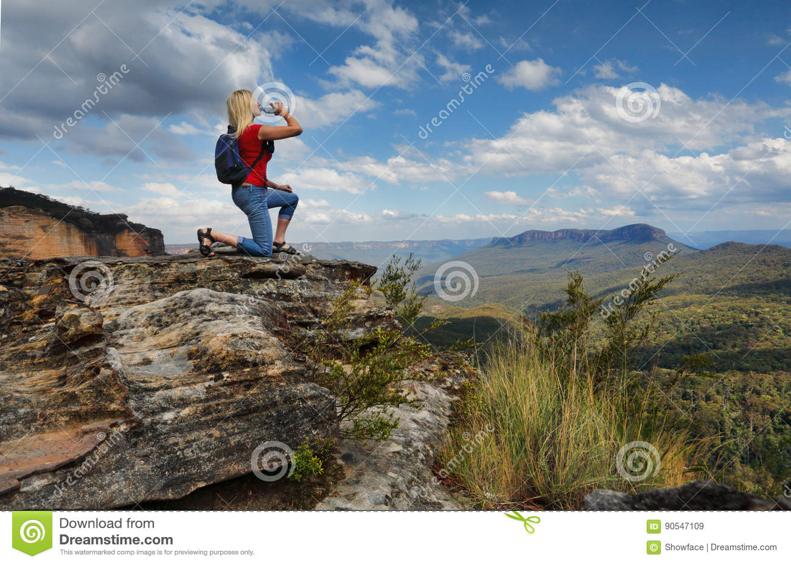 Vrouwen drinkwater op bergtop Australië