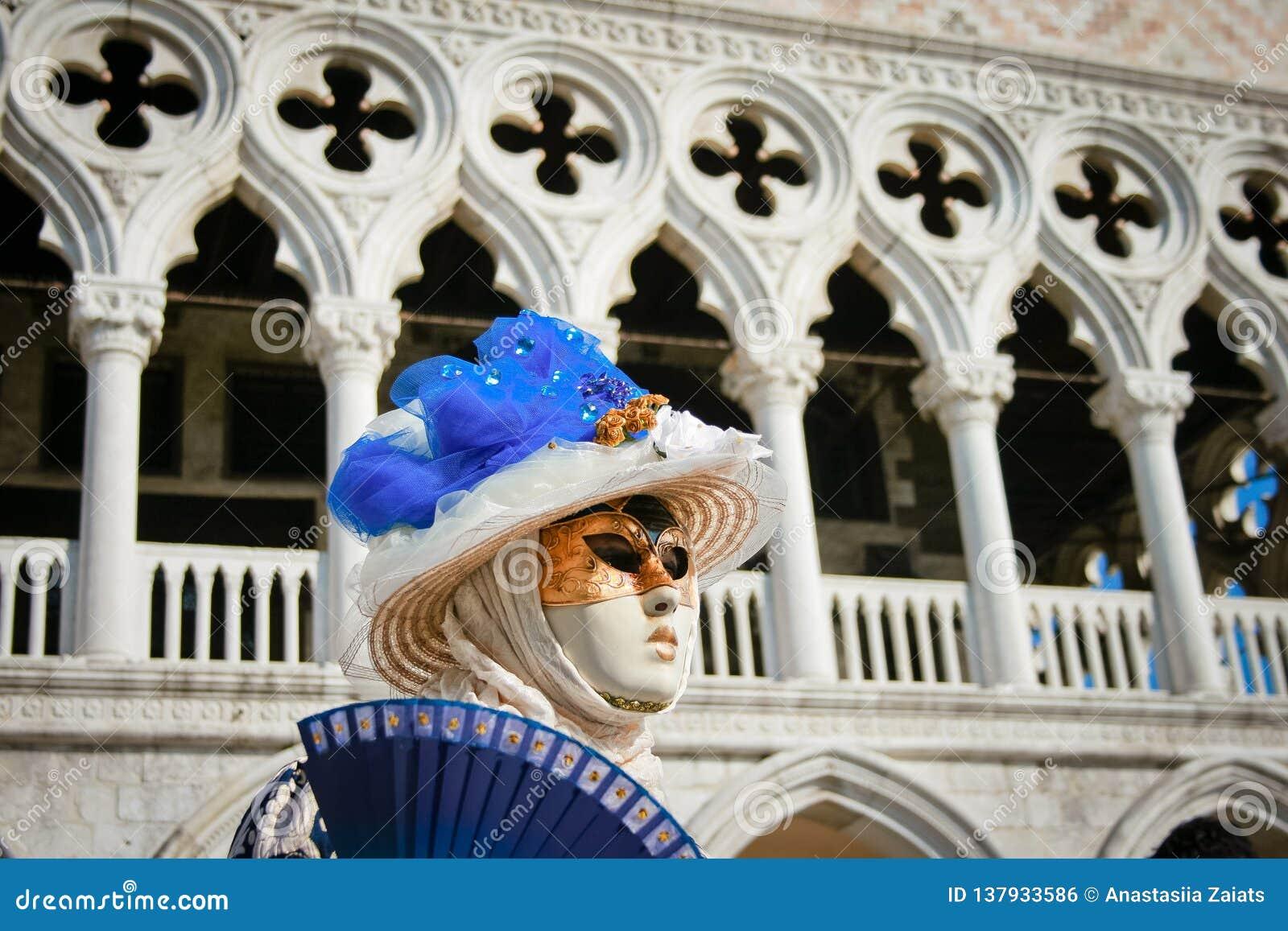 Vrouwen in een masker op carnaval in Venetië