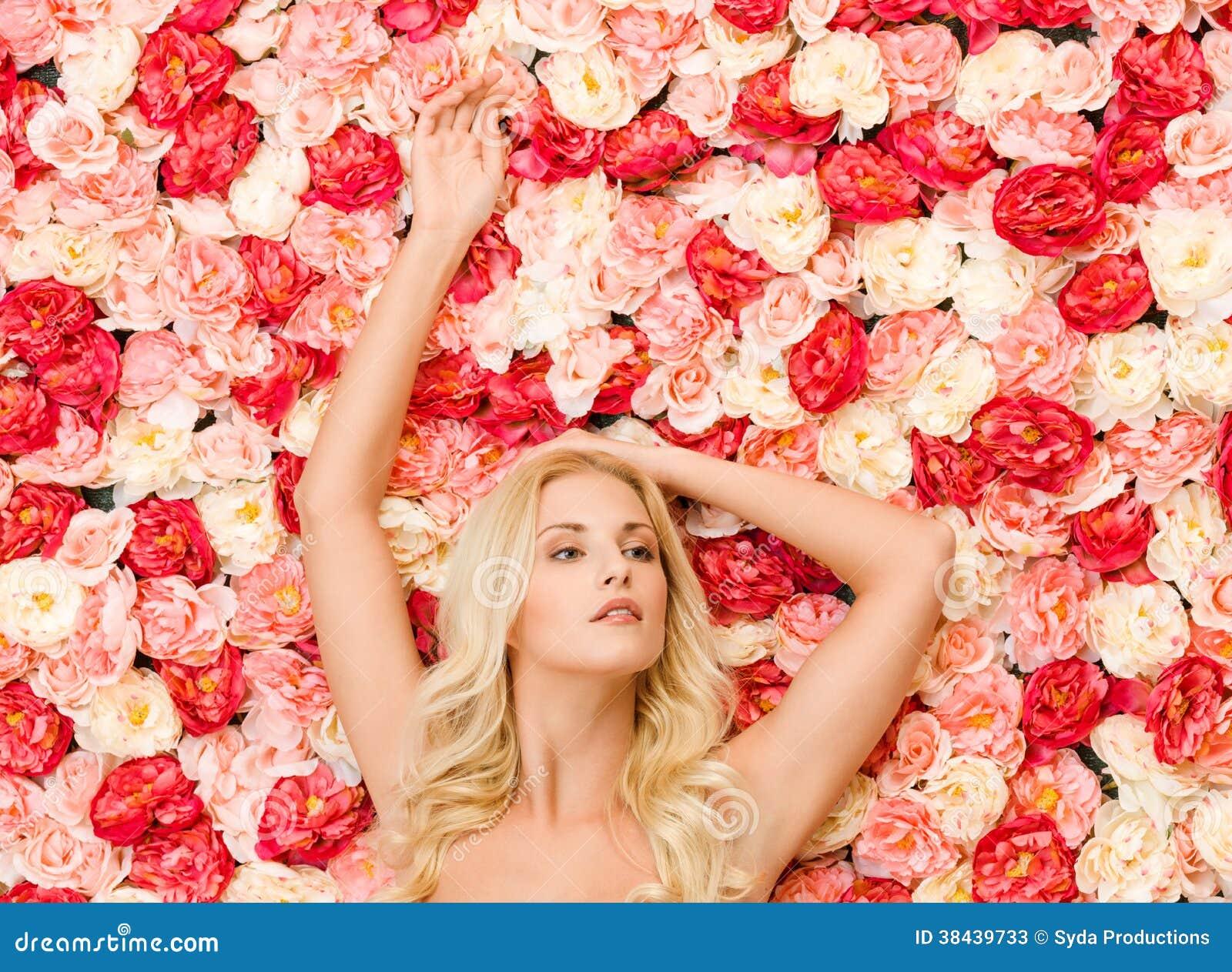 Vrouwen en achtergrondhoogtepunt van rozen