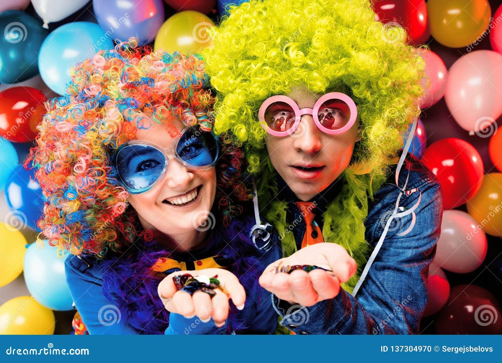 Vrouwen en mannen die bij partij voor nieuw jarenvooravond of Carnaval vieren