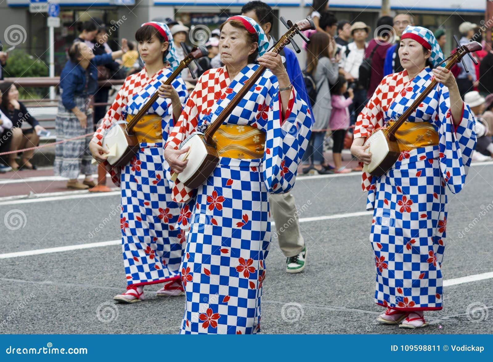 Vrouwen het spelen shamisen