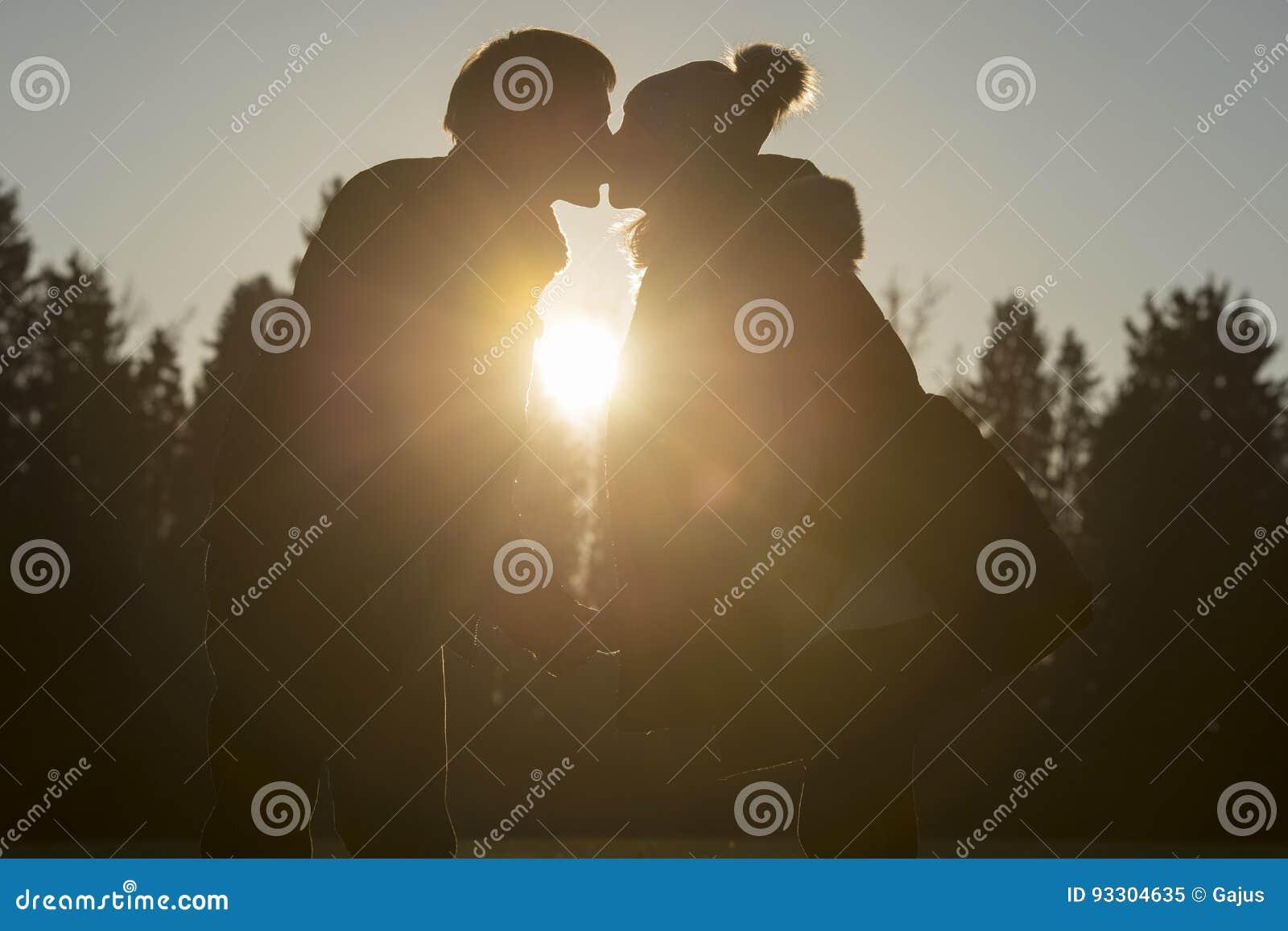 Vrouwen kussende partner in openlucht