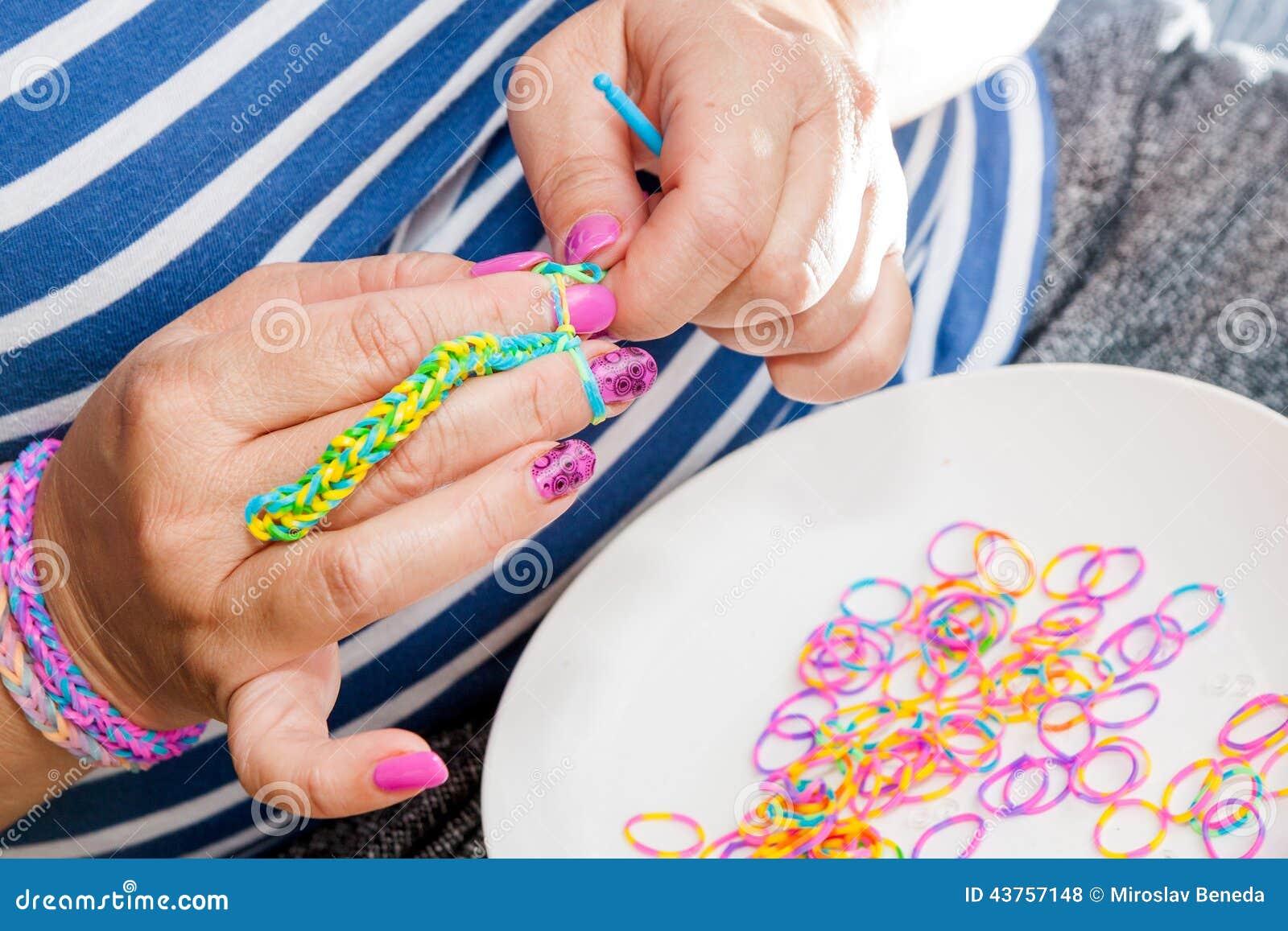 Vrouwen met regenboogweefgetouw
