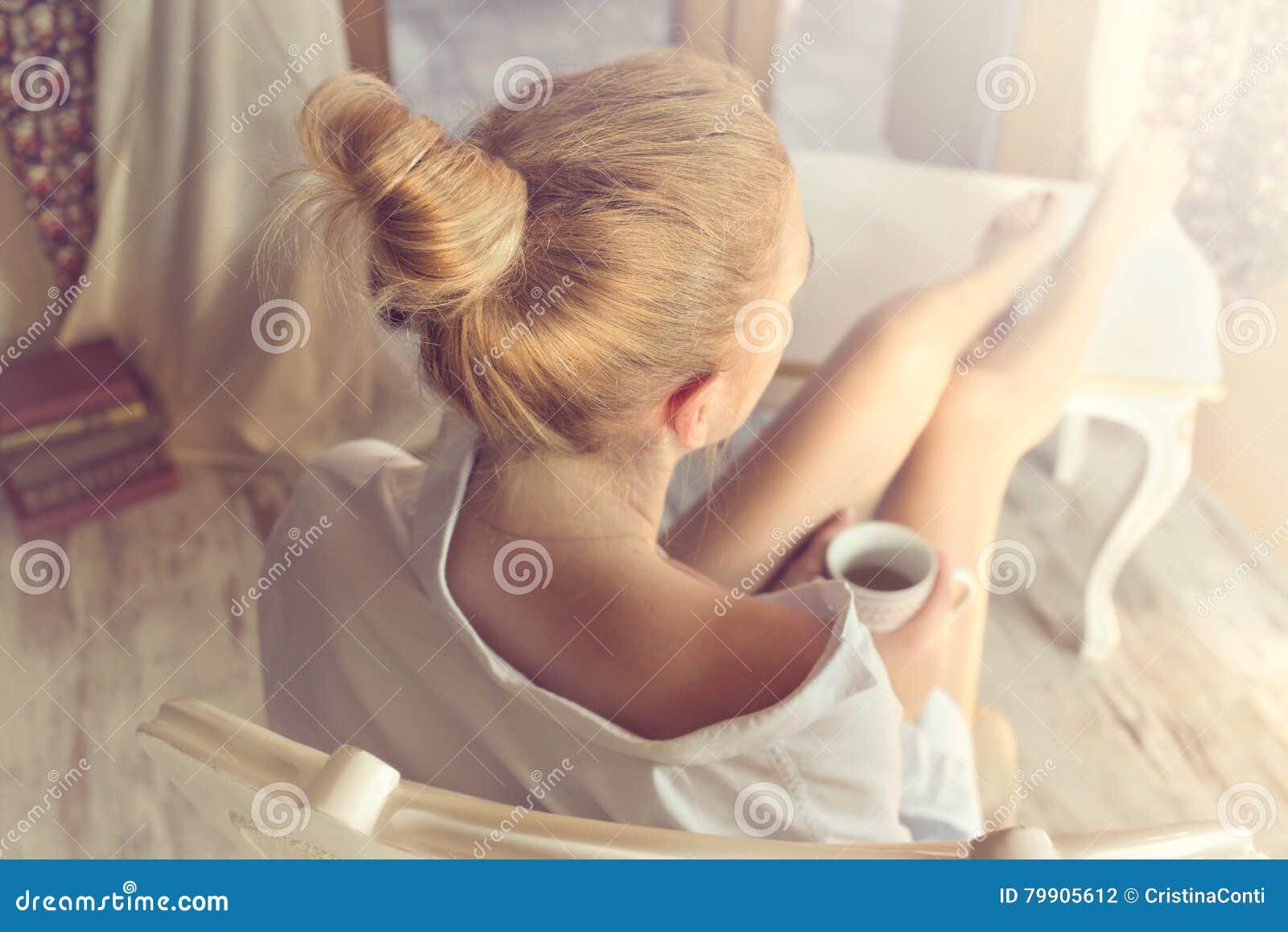 Vrouwen nippende koffie in een magisch ogenblik van stil