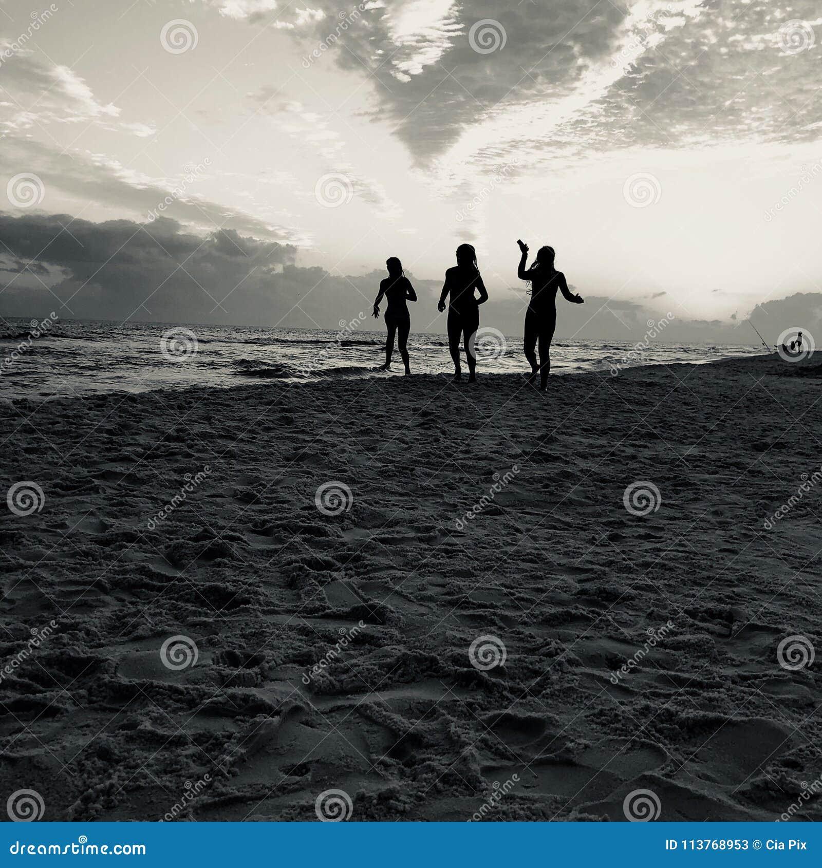 Vrouwen op Desti-strand
