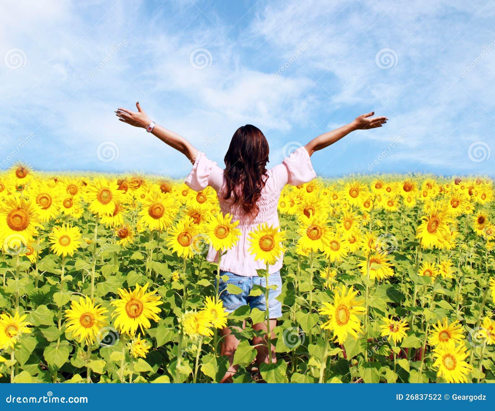 Vrouwen op gebied van zonnebloemen