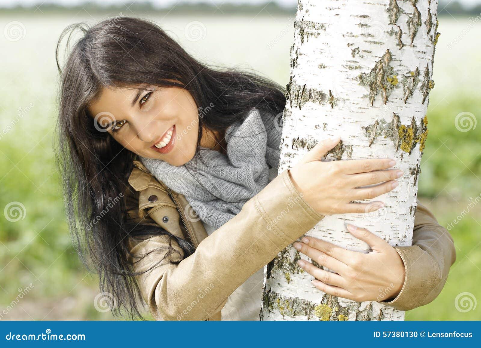 Vrouwen openluchtgrepen een berkboom