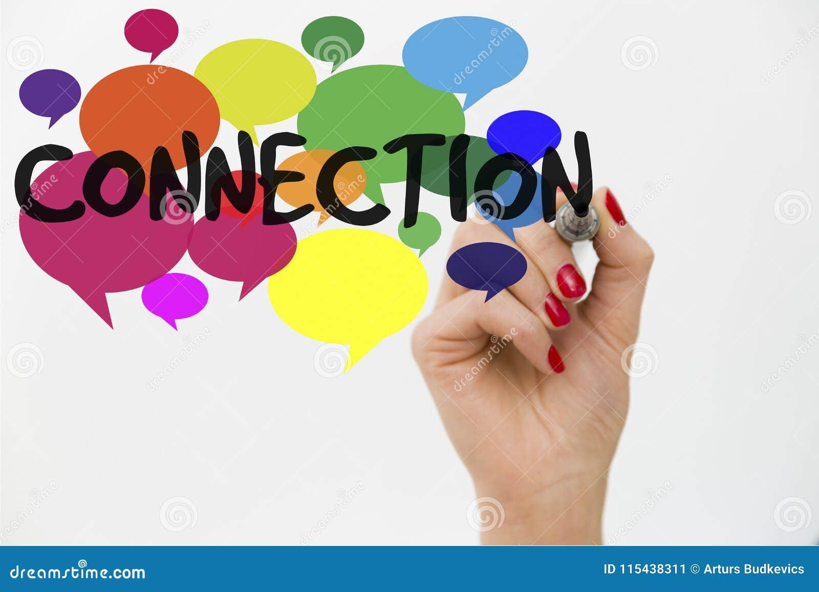 Vrouwen` s hand het schrijven woordverbinding op kleurrijke gespreksbellen Communicatie concept