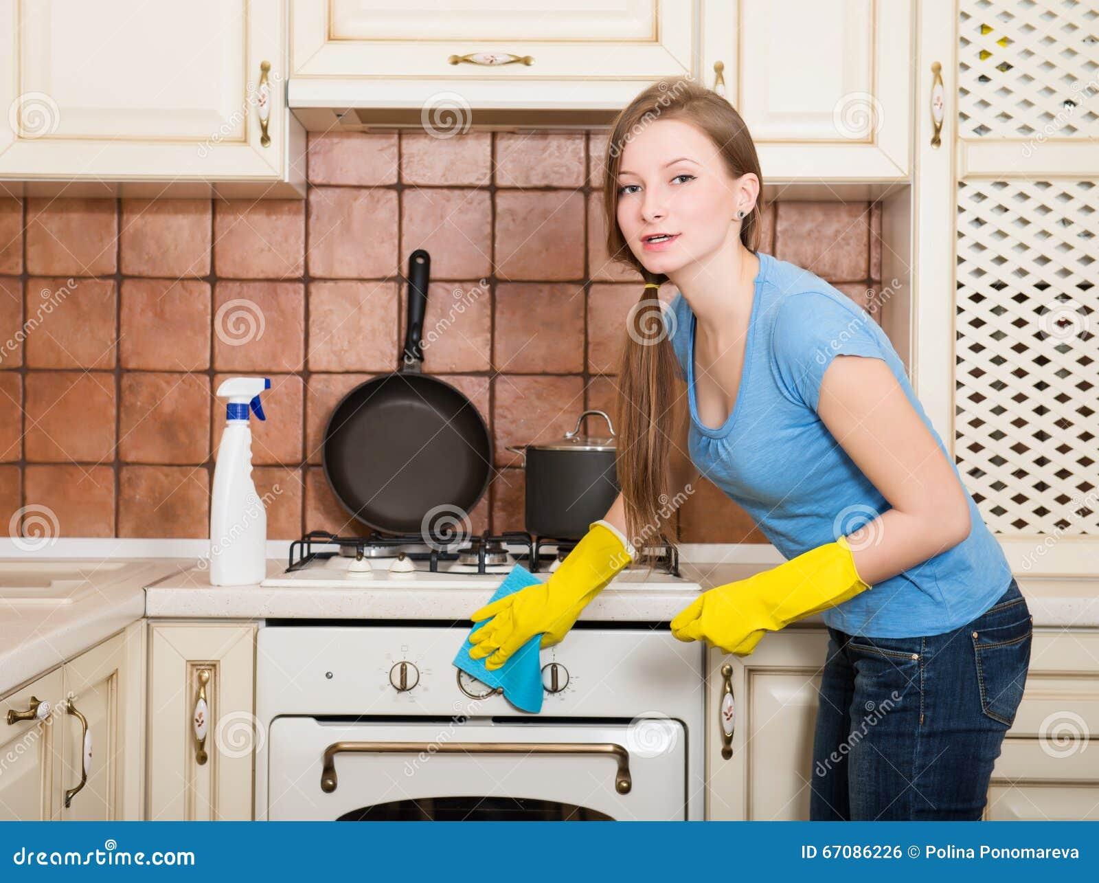 Vrouwen Schoonmakend Huis Mooie meisjes oppoetsende oven in kitch