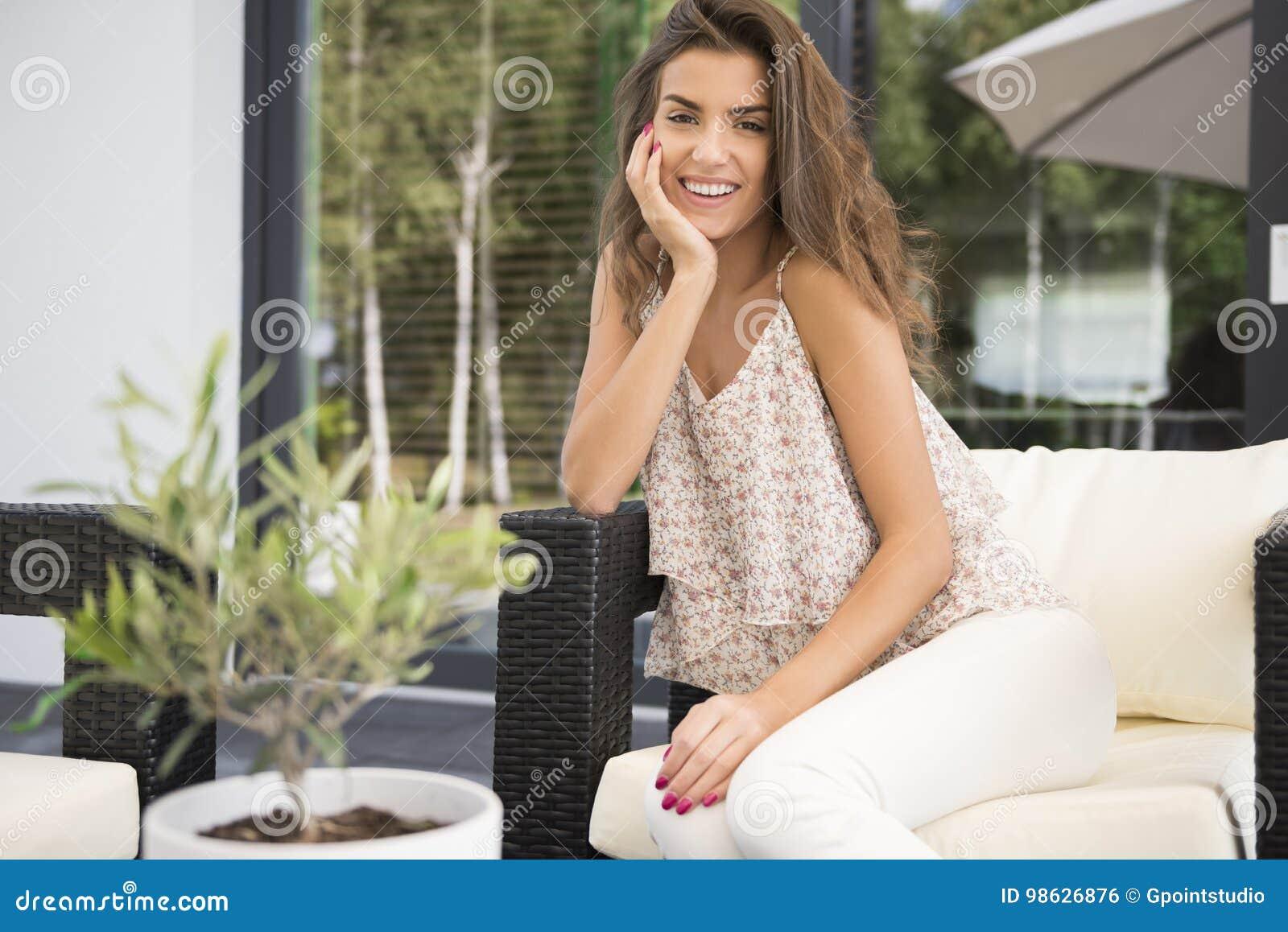 Vrouwen thuis terras stock foto. afbeelding bestaande uit