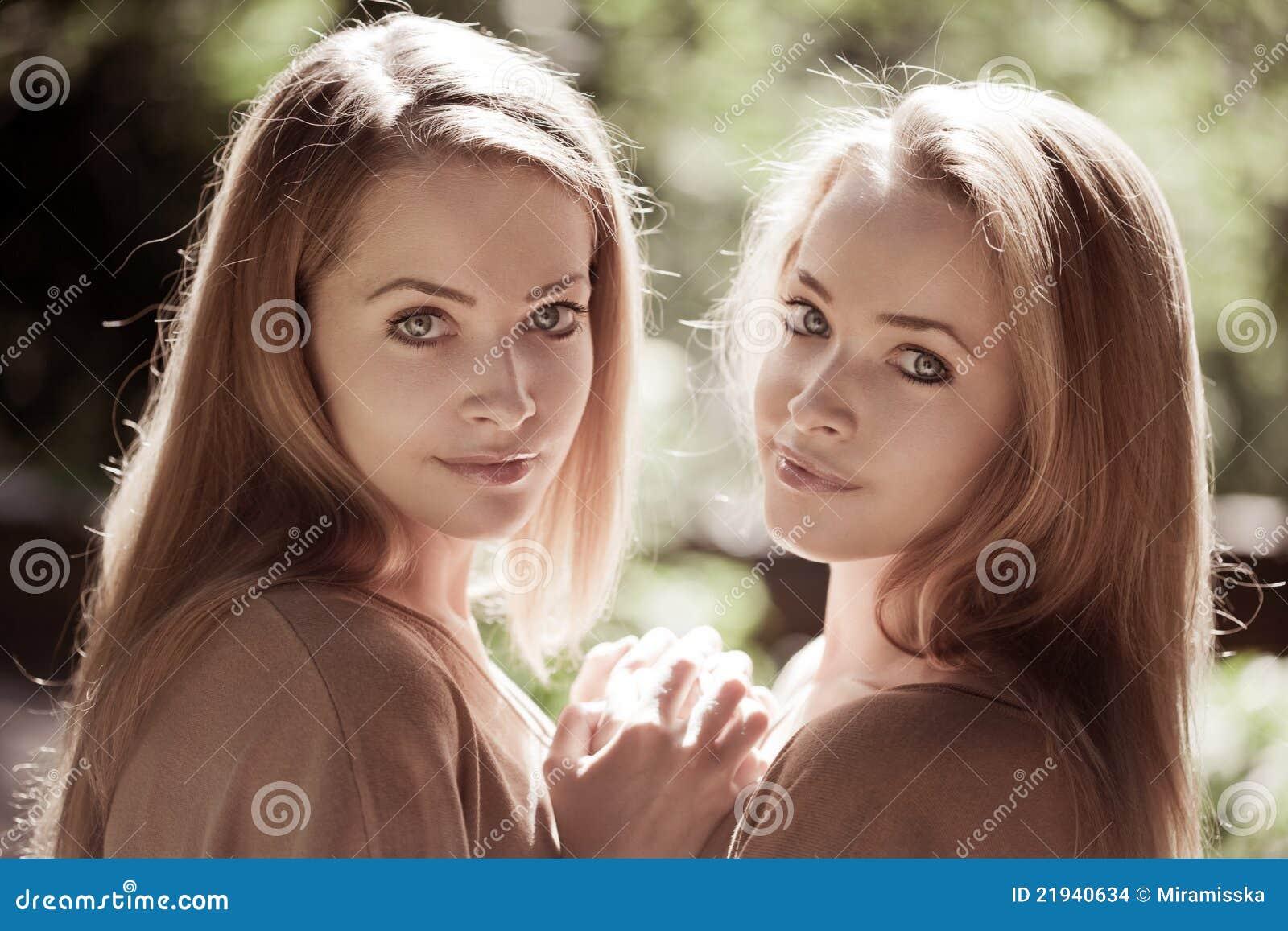 Vrouwen, tweelingen in het bos