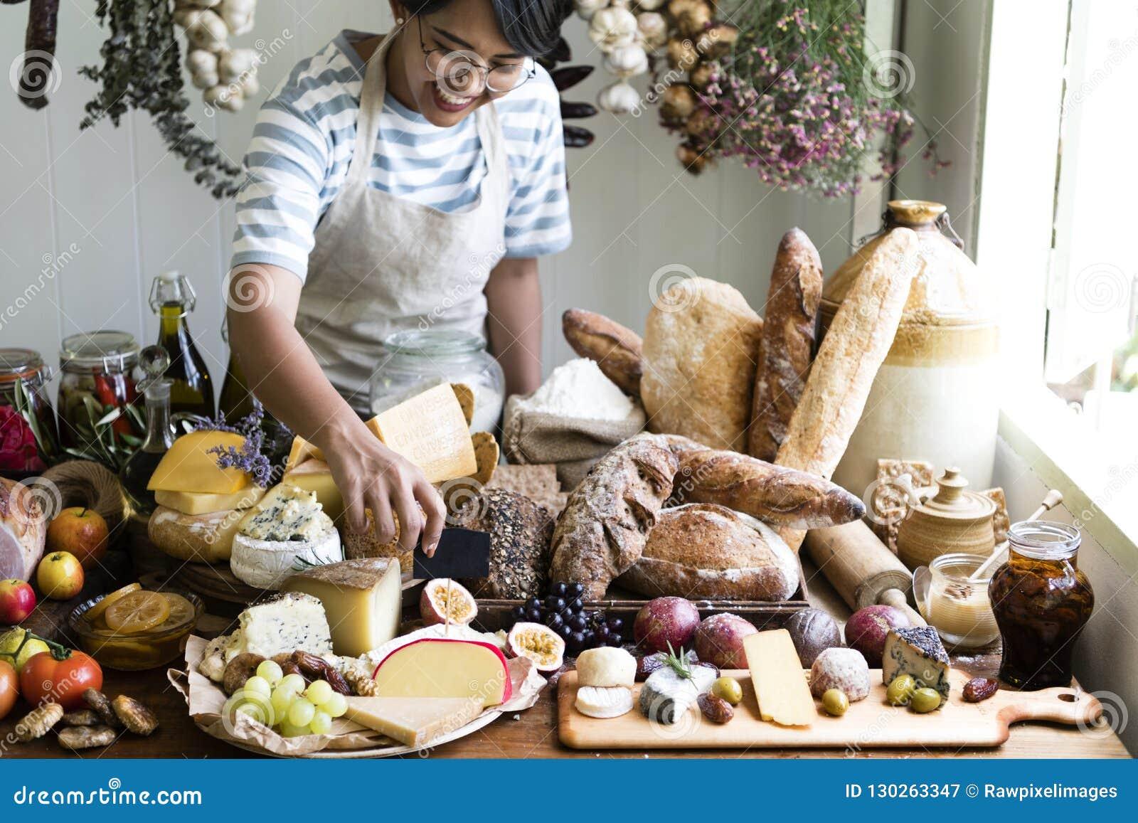 Vrouwen verkopend kaas en brood