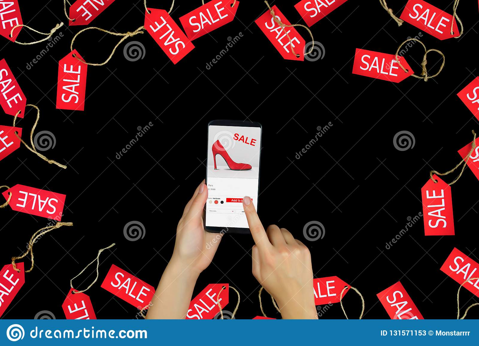 Vrouwen vrouwelijke volwassen handen met smartphone die manier nieuwe rode hoge hielen met verkoop of kortings en het kopen het i