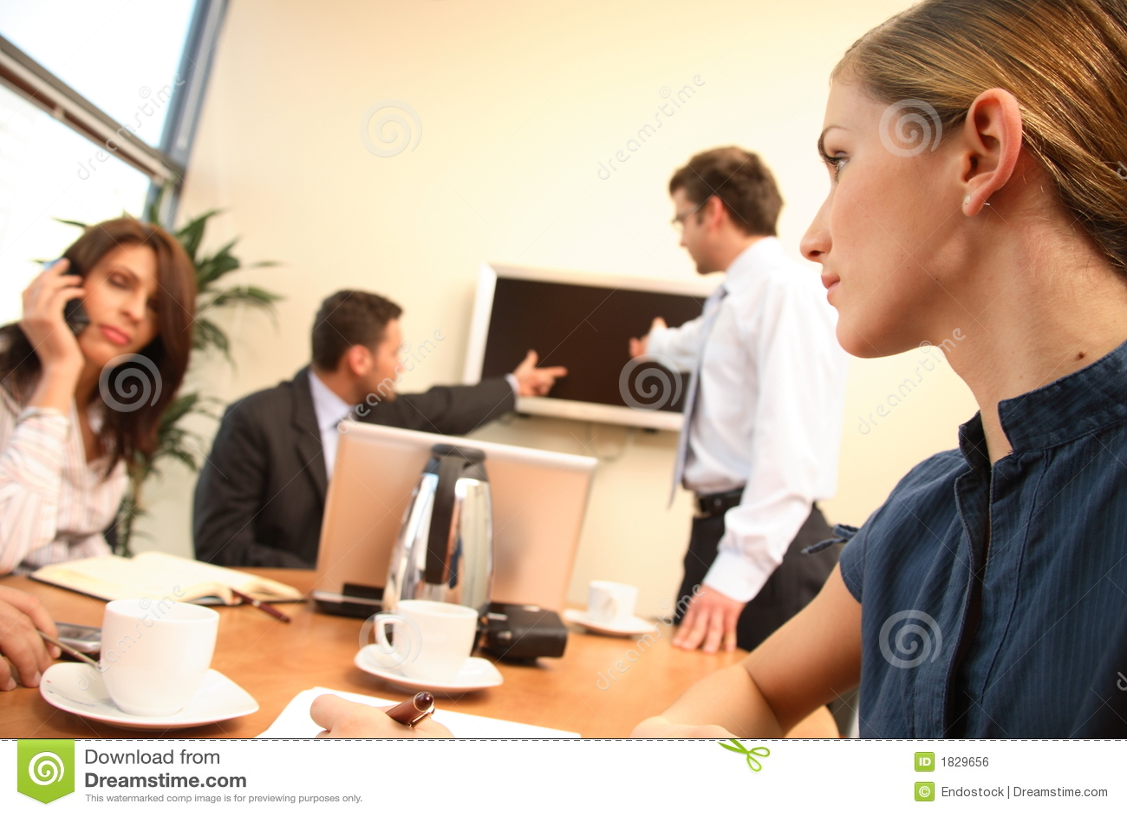 Vrouwen in zaken. groep mensen tijdens het werk in een bureau