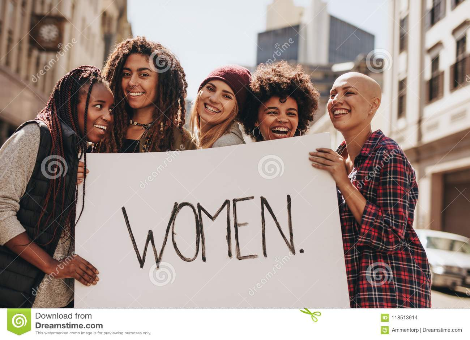 Vrouwenactivisten die tijdens een protest genieten van