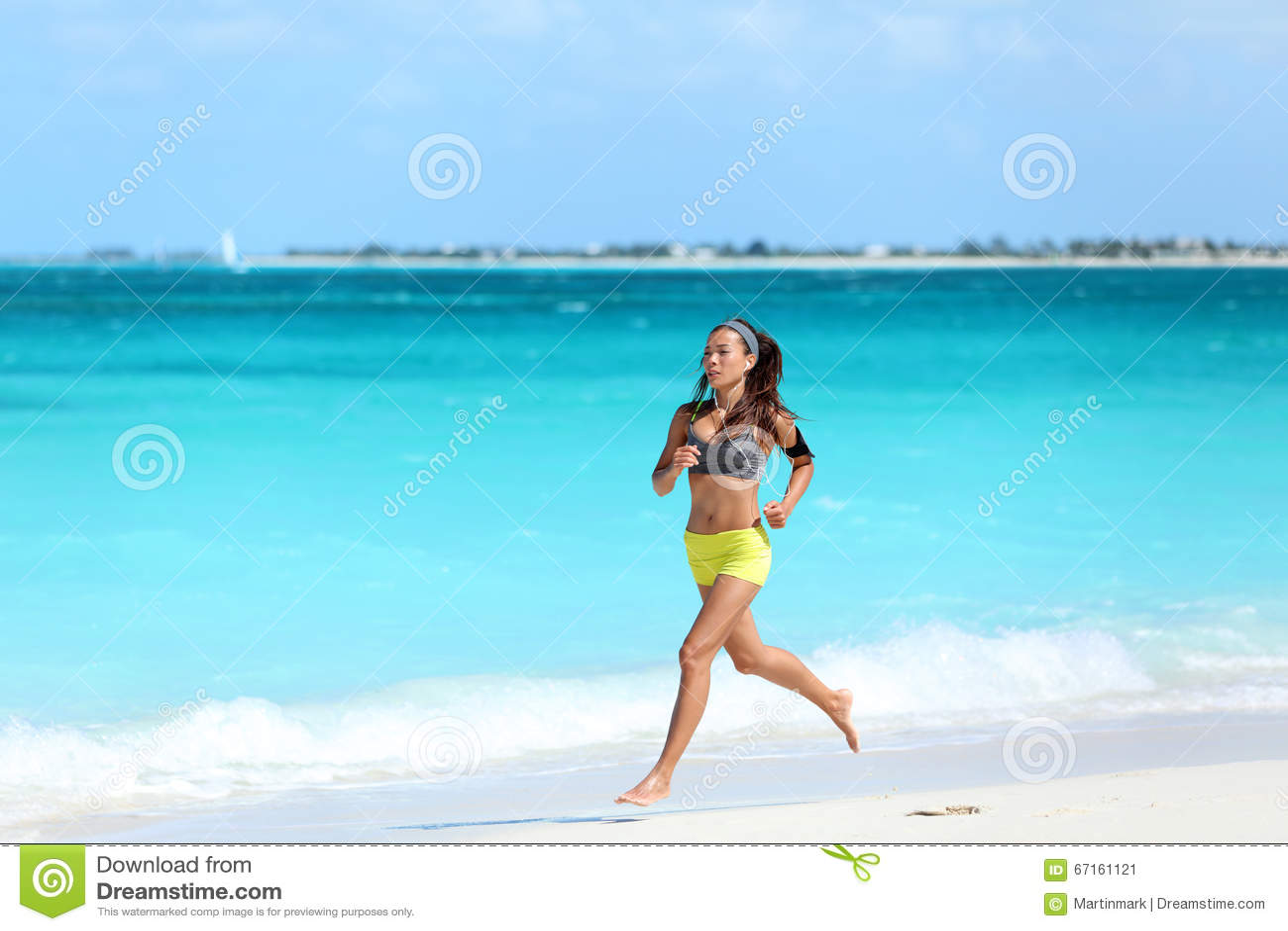 Vrouwenagent die op strand lopen - de zomeroefening