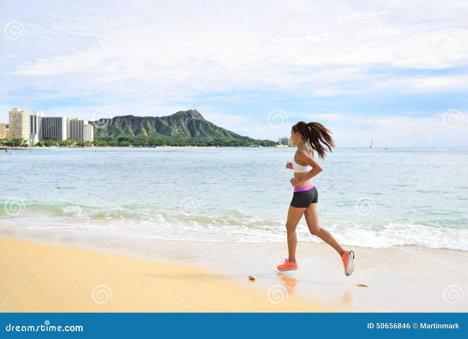 Vrouwenagent - lopende het strandjogging van het geschiktheidsmeisje