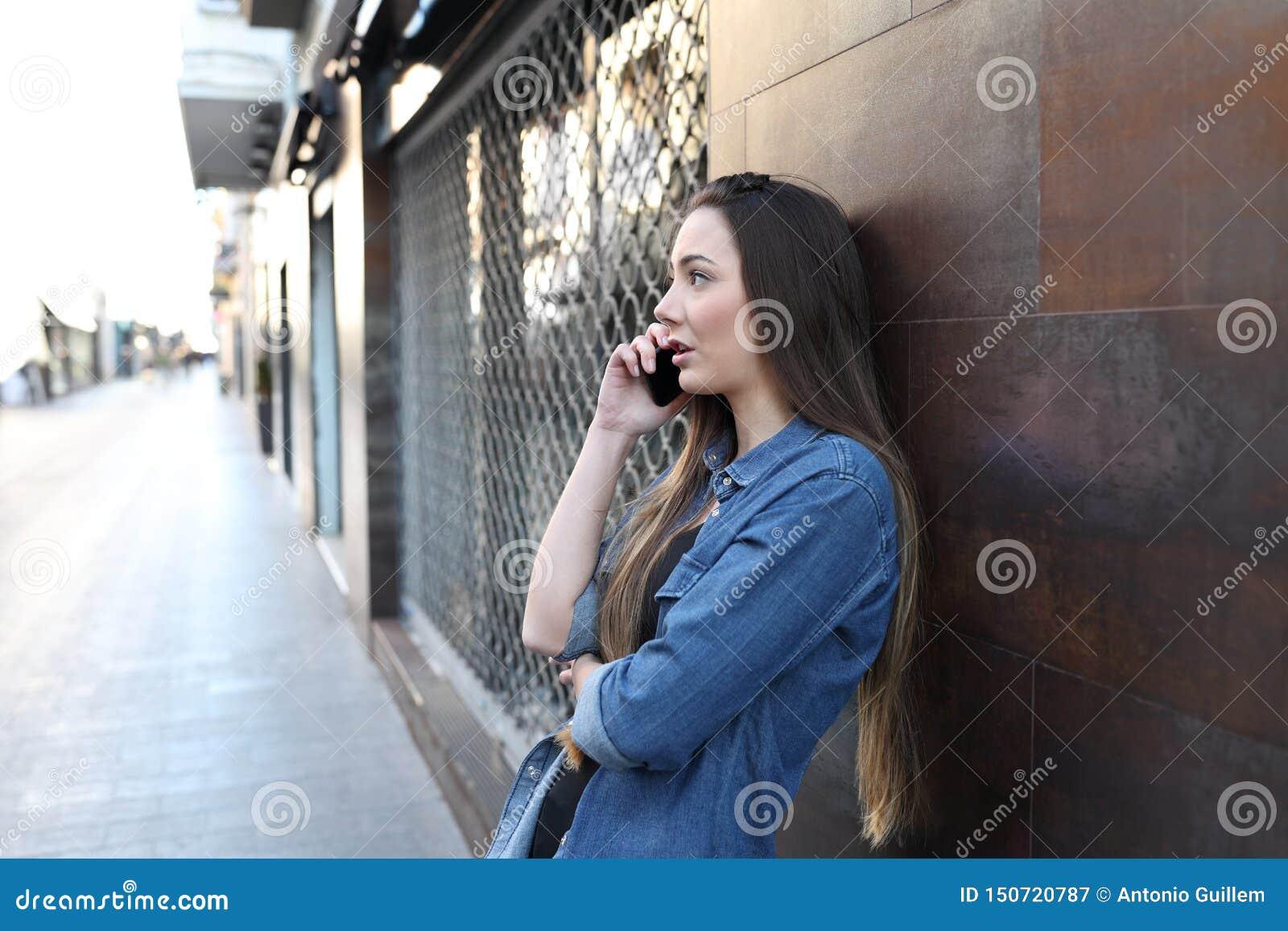 Vrouwenbesprekingen op telefoon in de straat