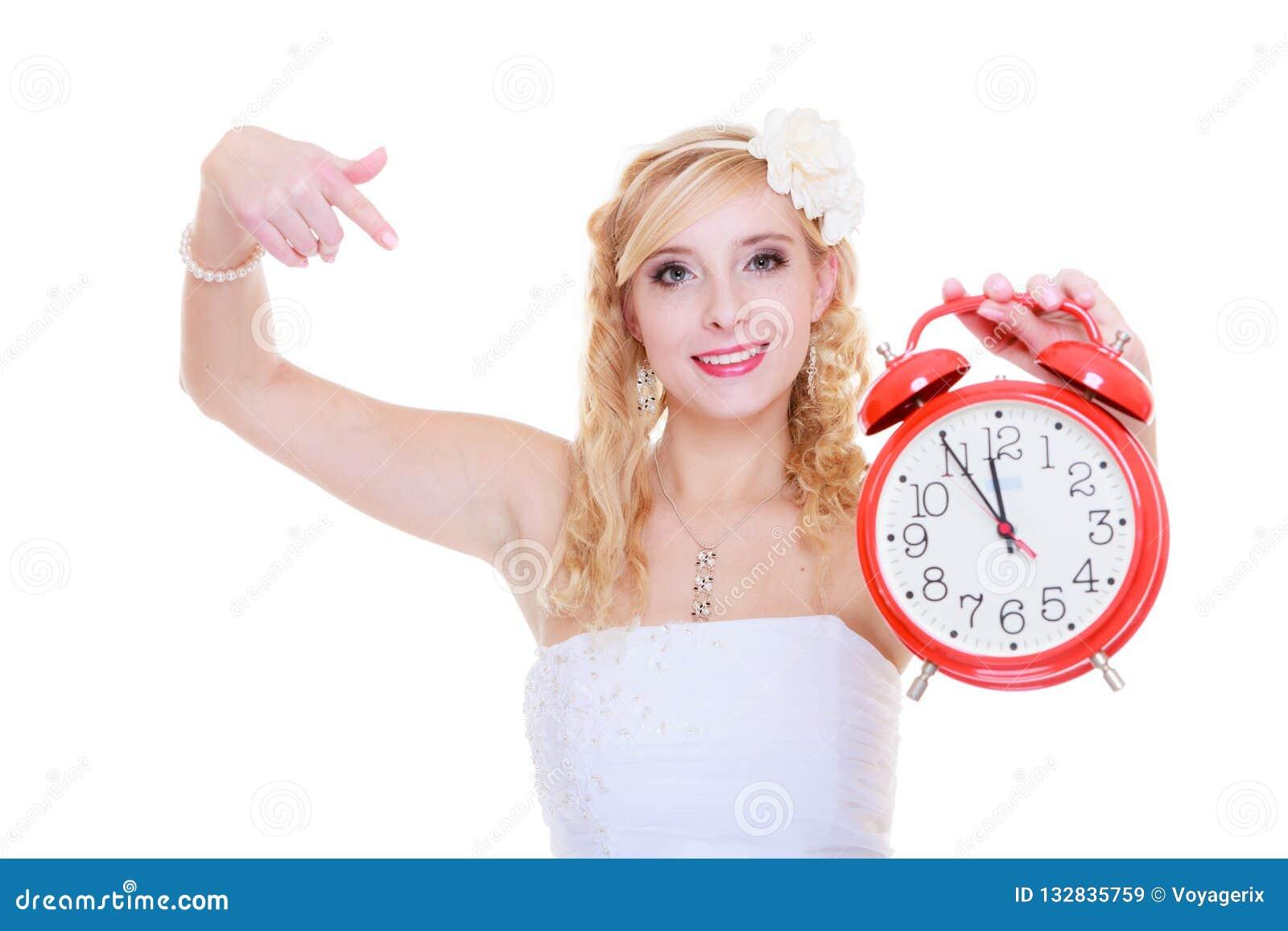Vrouwenbruid die grote rode klok houden