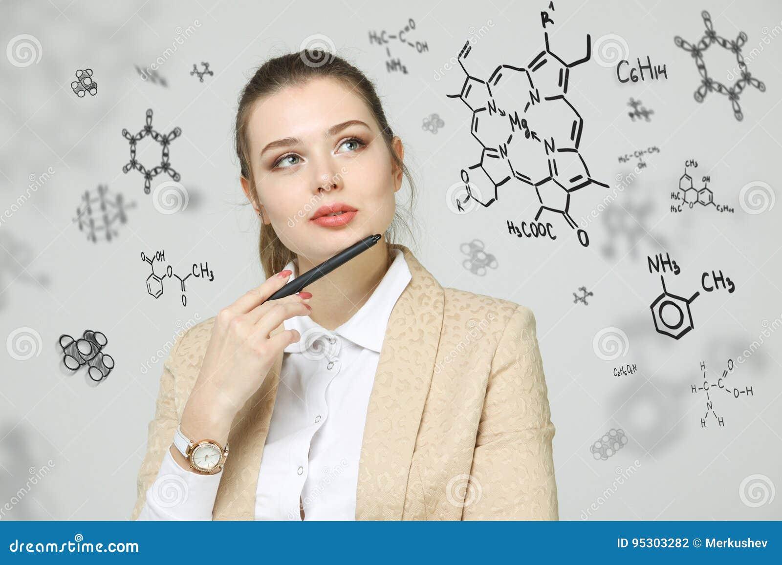 Vrouwenchemicus die met chemische formules aan grijze achtergrond werken