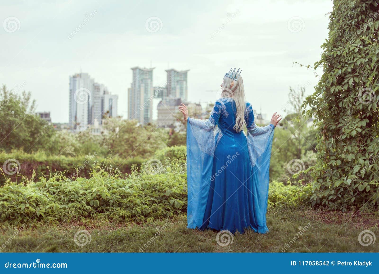 Vrouwenelf op een achtergrond van een moderne stad