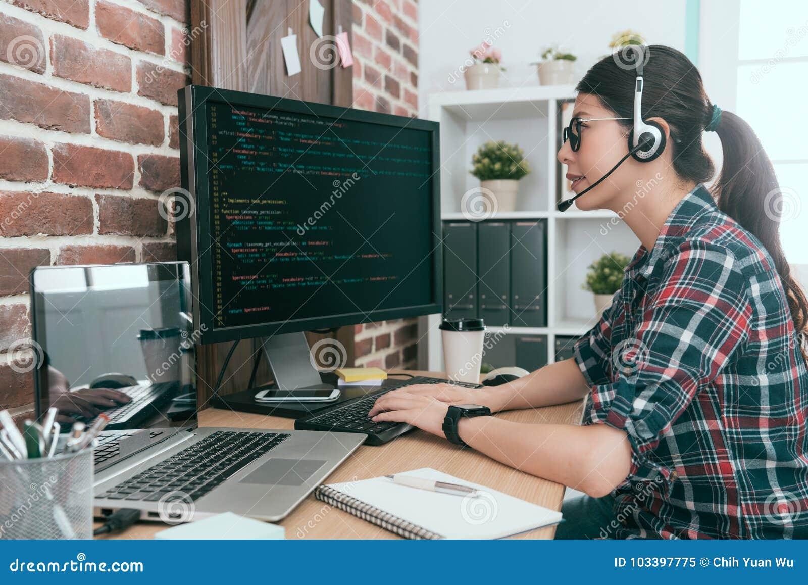 Vrouwenexploitant de computer van de controleklant
