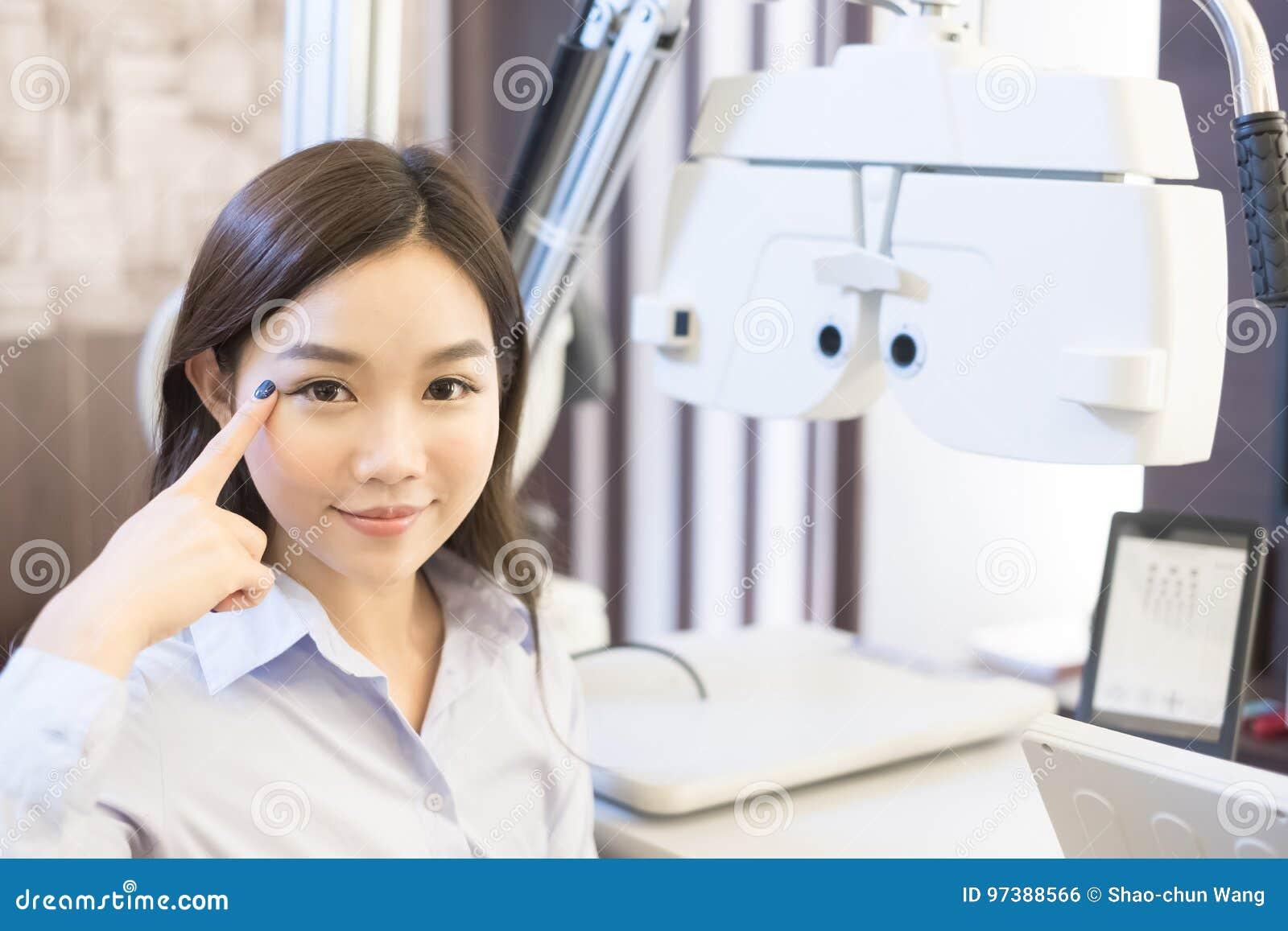Vrouwenglimlach met optometrie