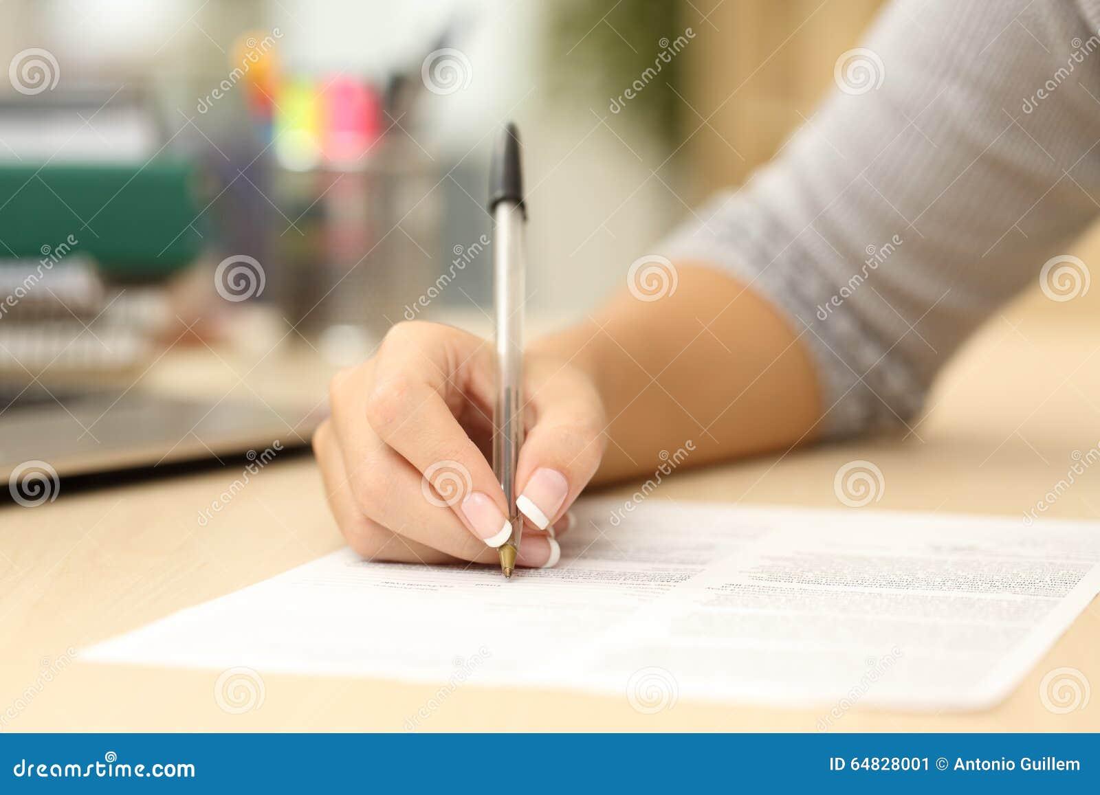 Vrouwenhand die of in een document schrijven ondertekenen