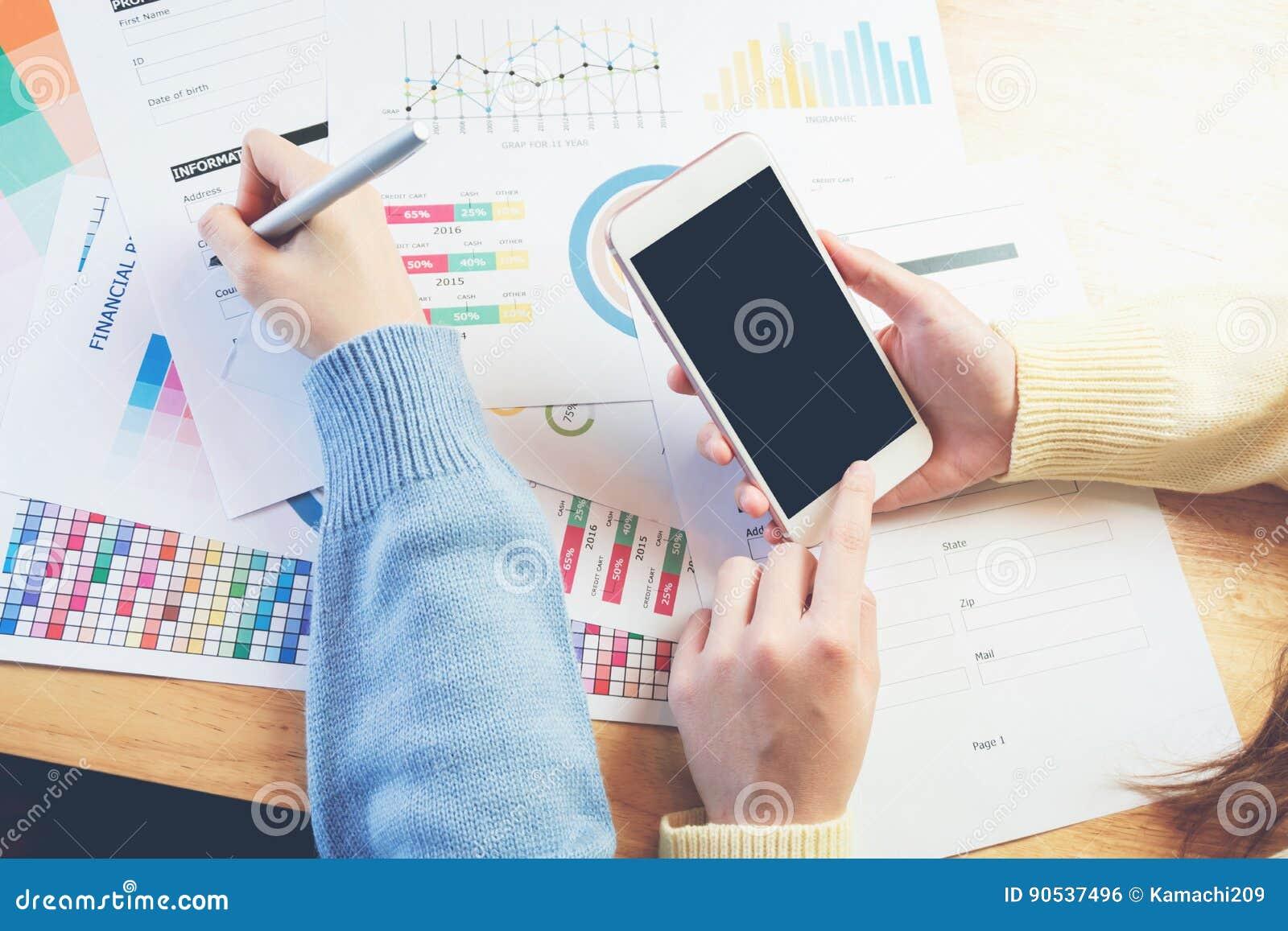Houten Bureau Gebruikt.Vrouwenhand Die Met Telefoon Aan Houten Bureau In Bureau Werken Kan
